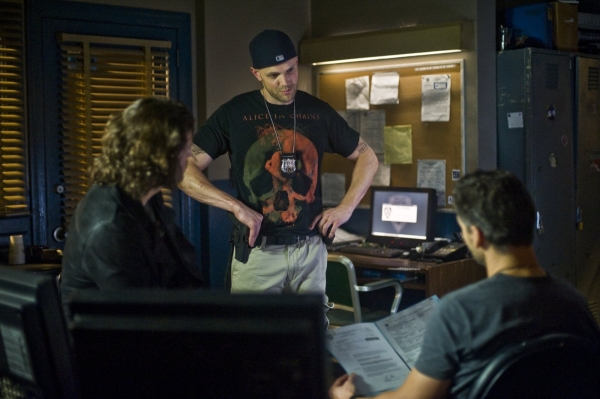 eric-bana-joel-mchale-and-c3a9dgar-ramc3adrez-in-deliver-us-from-evil-2014-movie-image